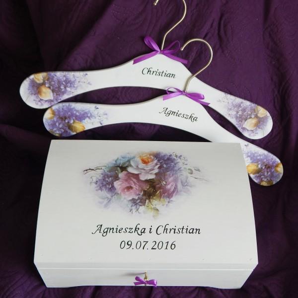 Pudełko na koperty i wieszaki w fiolecie